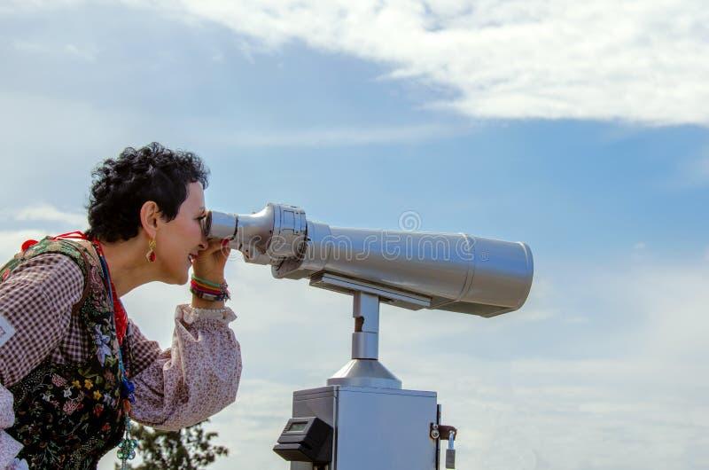 Ο τουρίστας γυναικών εξετάζει τις θέες άνωθεν στοκ φωτογραφίες με δικαίωμα ελεύθερης χρήσης