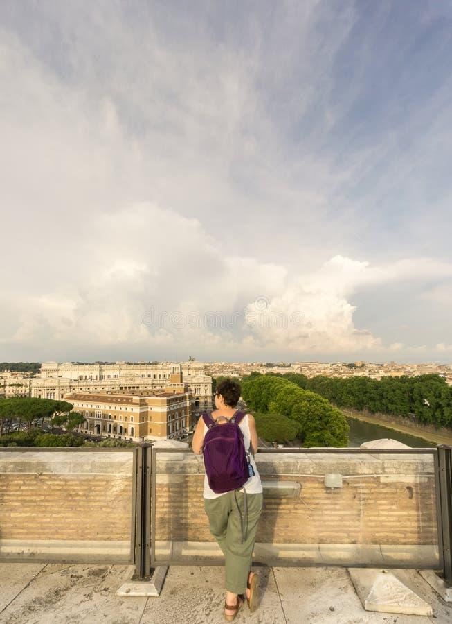 Ο τουρίστας θαυμάζει την άποψη της Ρώμης στοκ εικόνα