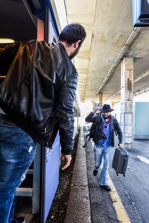 Ο τουρίστας περιμένει το φίλο του που παίρνει στο τραίνο στοκ φωτογραφία με δικαίωμα ελεύθερης χρήσης