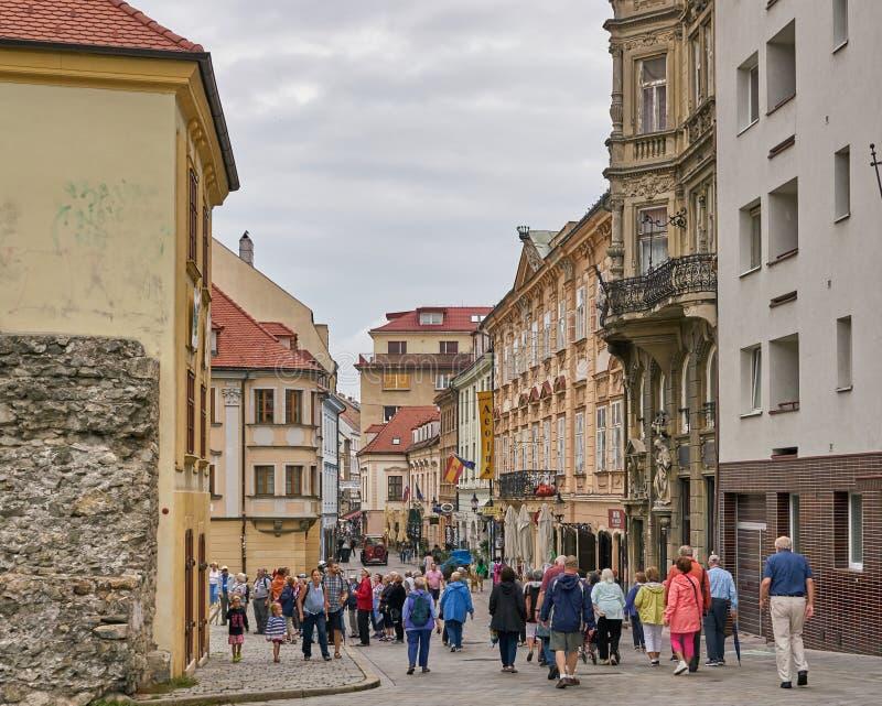 Ο τουρίστας περιπλανιέται μέσω της παλαιάς πόλης της Μπρατισλάβα, Σλοβακία στοκ εικόνα