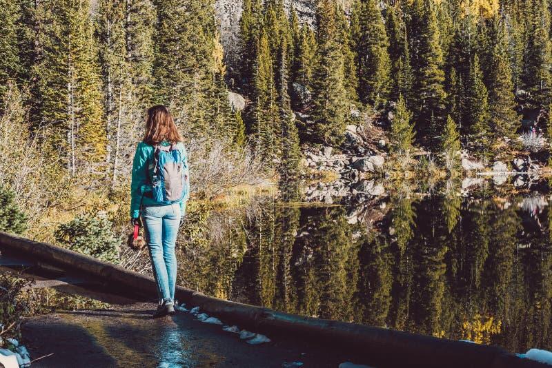 Ο τουρίστας στο ίχνος κοντινό αντέχει τη λίμνη στο Κολοράντο στοκ εικόνα με δικαίωμα ελεύθερης χρήσης
