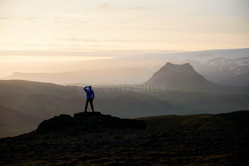 Ο τουρίστας συλλογίζεται τις μεγαλοπρεπείς απόψεις στην Ισλανδία στοκ εικόνα