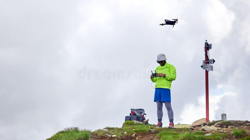 Ο τουρίστας τύπων προωθεί quadrocopter στα βουνά στοκ φωτογραφία με δικαίωμα ελεύθερης χρήσης