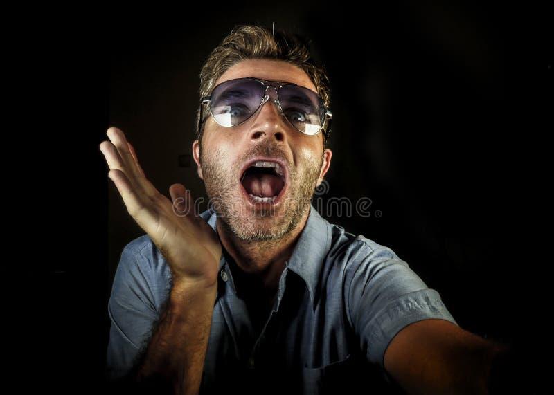 Ο τρελλός ευτυχής και αστείος ομοφυλοφιλικός τύπος με τα γυαλιά ηλίου και το σύγχρονο hipster φαίνονται παίρνοντας selfie την εικ στοκ εικόνα με δικαίωμα ελεύθερης χρήσης