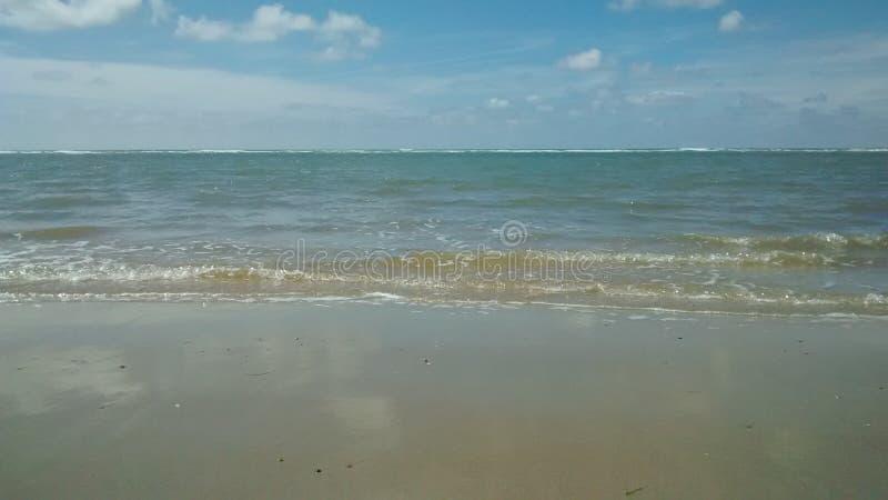 ο τρισδιάστατος ωκεανός δίνει τον ουρανό σκηνής στοκ εικόνα