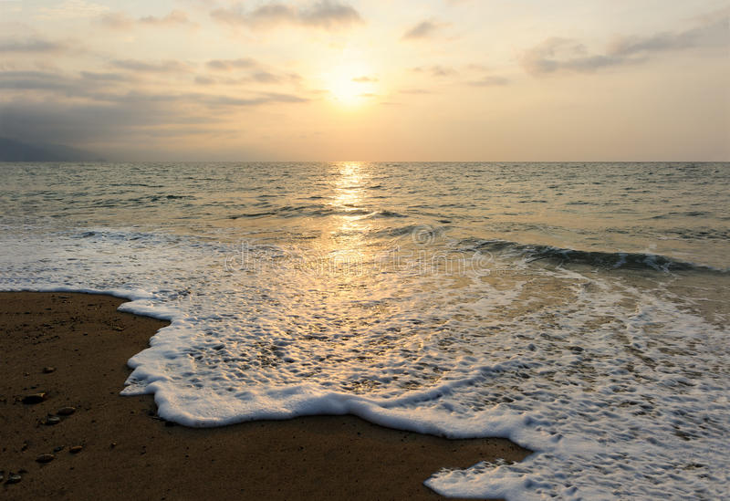 ο τρισδιάστατος ωκεανός δίνει το ηλιοβασίλεμα στοκ εικόνα
