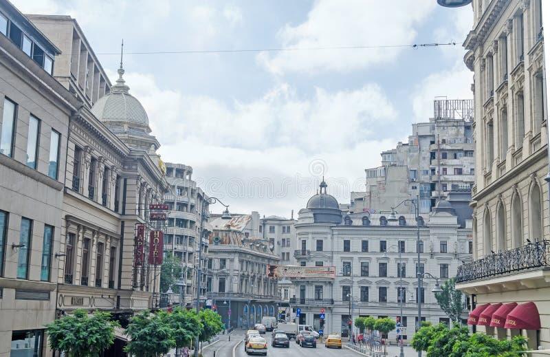 Ο τρόπος κάλεσε Calea Victoriei με τα καταστήματα, τους τουρίστες και την κυκλοφορία bucharest romania στοκ εικόνα