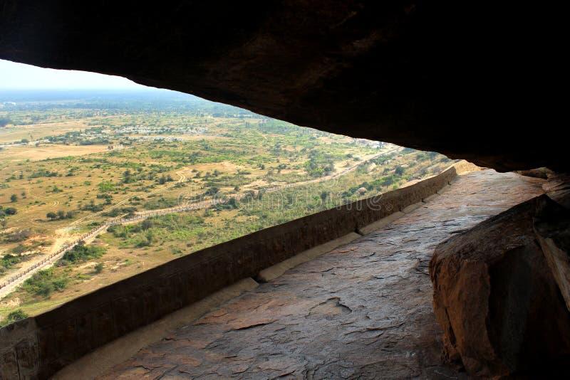 Ο τρόπος σπηλιών των κρεβατιών πετρών jain του sittanavasal ναού σπηλιών σύνθετου στοκ φωτογραφία με δικαίωμα ελεύθερης χρήσης
