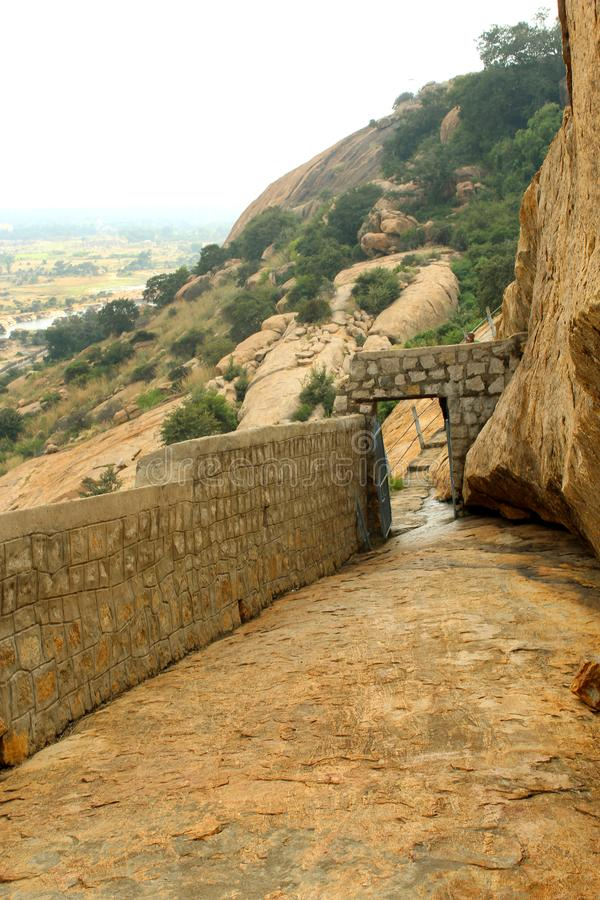 Ο τρόπος των κρεβατιών πετρών jain του sittanavasal ναού σπηλιών σύνθετου στοκ φωτογραφίες με δικαίωμα ελεύθερης χρήσης