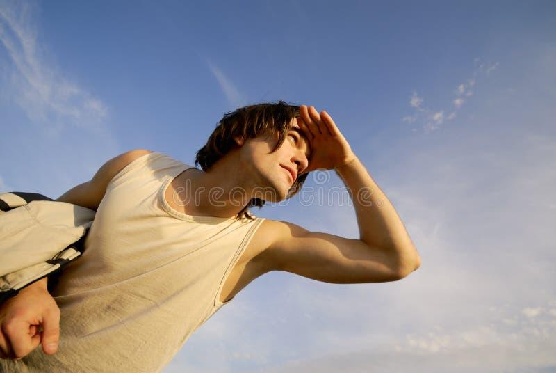 ο τύπος κοιτάζει στοκ φωτογραφίες