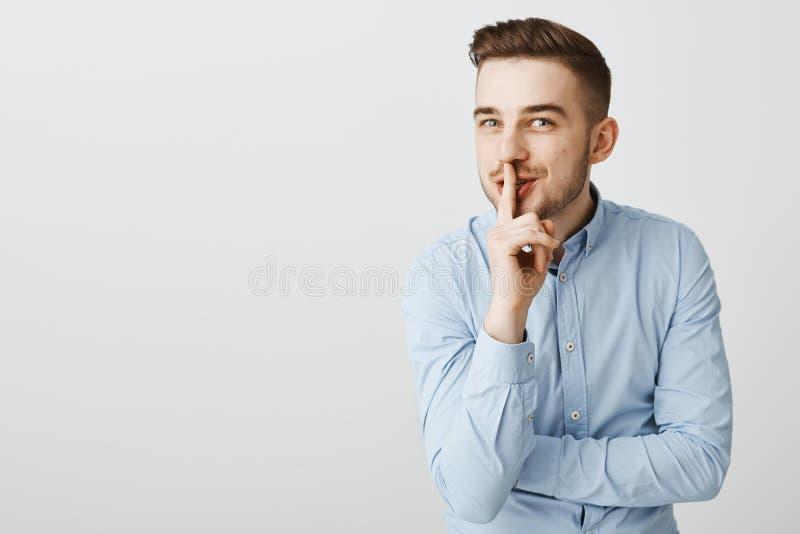 Ο τύπος λέει περίπου την καταπληκτική ερώτηση φήμης κρατά μυστικός Ενθουσιώδες όμορφο αρσενικό με τη σκληρή τρίχα, μοντέρνο hairs στοκ φωτογραφία