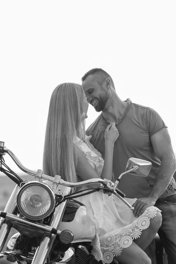 Ο τύπος με το κορίτσι σε έναν τομέα σε μια μοτοσικλέτα στοκ φωτογραφία με δικαίωμα ελεύθερης χρήσης