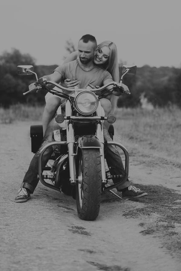 Ο τύπος με το κορίτσι σε έναν τομέα σε μια μοτοσικλέτα στοκ εικόνα με δικαίωμα ελεύθερης χρήσης