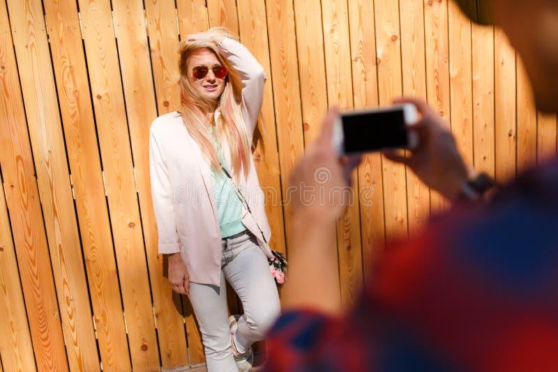 Ο τύπος παίρνει τις εικόνες του κοριτσιού στοκ εικόνα με δικαίωμα ελεύθερης χρήσης