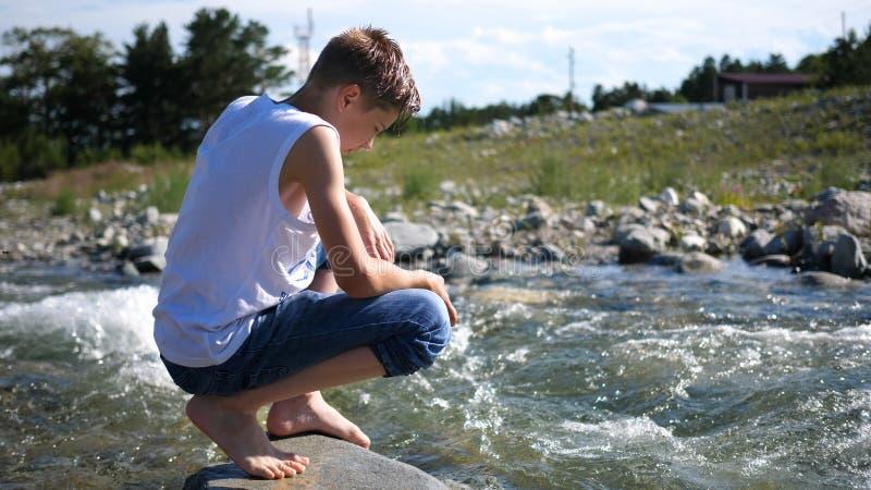 Ο τύπος πλένεται κρύο νερό βουνών Ταξιδιώτης ξημερωμάτων στοκ εικόνα με δικαίωμα ελεύθερης χρήσης