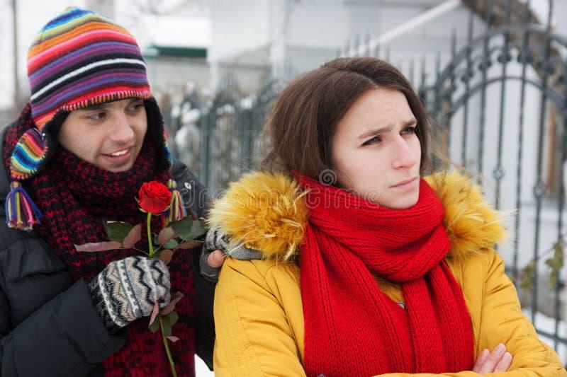 Ο τύπος ρωτά τη συγχώρεση το χειμώνα στοκ εικόνα
