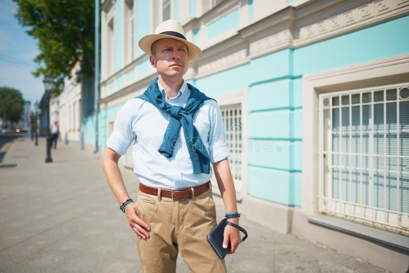 ο τύπος στο καπέλο στην οδό στοκ εικόνα