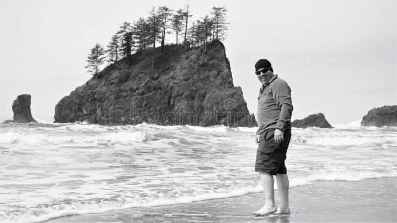 Ο τύπος τολμά στο wade στον κρύο Ειρηνικό Ωκεανό τον Απρίλιο στοκ φωτογραφίες με δικαίωμα ελεύθερης χρήσης