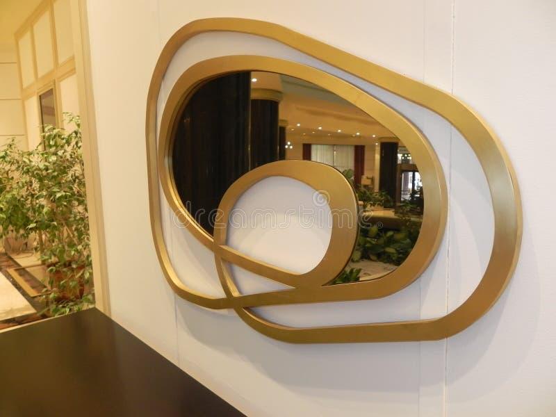 Ο τύπος του καθρέφτη διαστρέβλωσης στην άφθονη αίθουσα στοκ φωτογραφίες με δικαίωμα ελεύθερης χρήσης