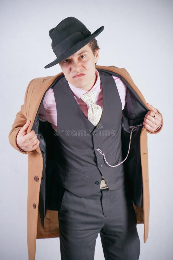 Ο τύπος Badass στο επιχειρησιακό κοστούμι και το παλτό εξετάζει το κενό σημείου αρνητικά στοκ εικόνες