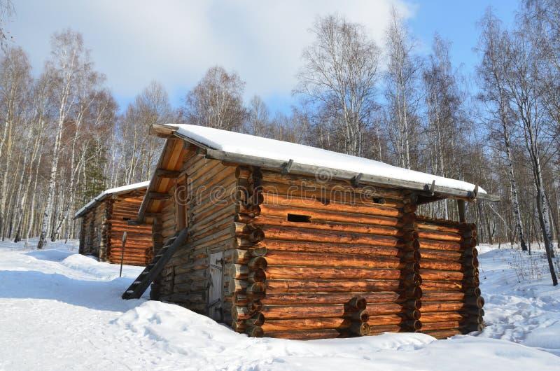 Ο υγρός καταρράκτης των υδρομύλων στο χωριό Vladimirovka της περιοχής Bratsky της περιοχής του Ιρκούτσκ, αργά - 19$ος - νωρίς - 2 στοκ φωτογραφίες