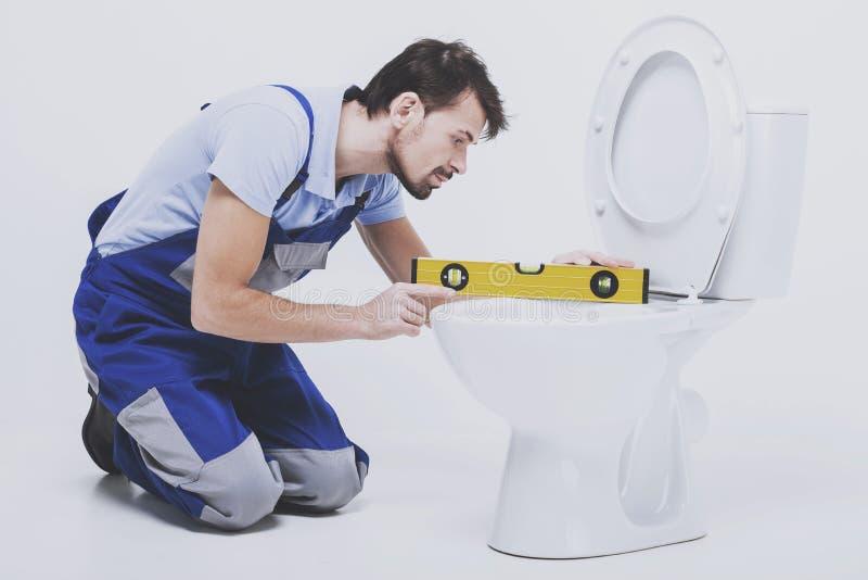 Ο υδραυλικός μετρά την τουαλέτα στοκ εικόνα με δικαίωμα ελεύθερης χρήσης