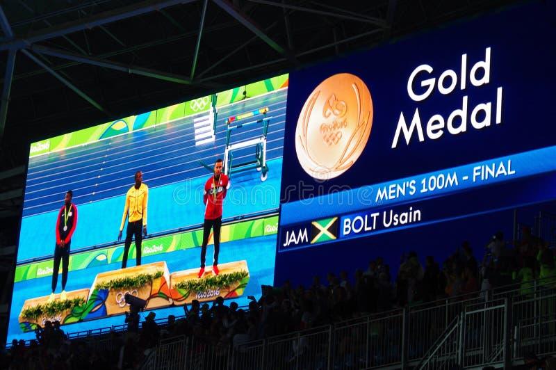 Ολυμπιακός κάτοχος μετάλλιο της ορμής 100m που οργανώνεται σε Rio2016 στοκ εικόνα