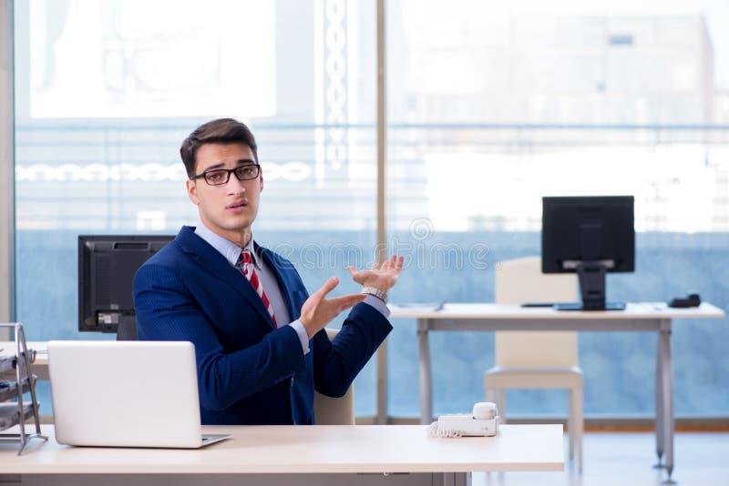 Ο υπάλληλος επιχειρηματιών δυστυχισμένος για τον απόντα υπάλληλο στοκ φωτογραφία με δικαίωμα ελεύθερης χρήσης