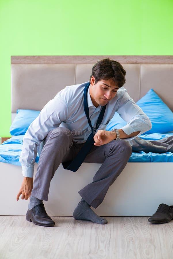 Ο υπάλληλος στην κρεβατοκάμαρα που είναι αργά για την εργασία του στοκ εικόνες με δικαίωμα ελεύθερης χρήσης