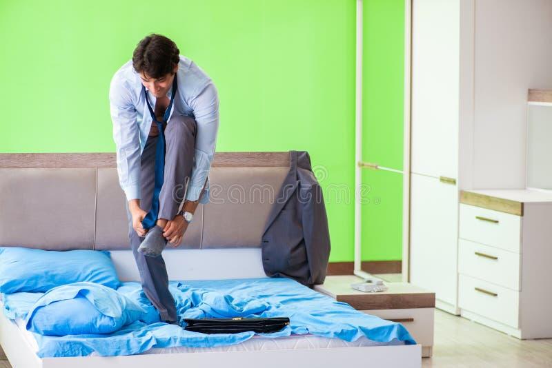 Ο υπάλληλος στην κρεβατοκάμαρα που είναι αργά για την εργασία του στοκ εικόνα με δικαίωμα ελεύθερης χρήσης