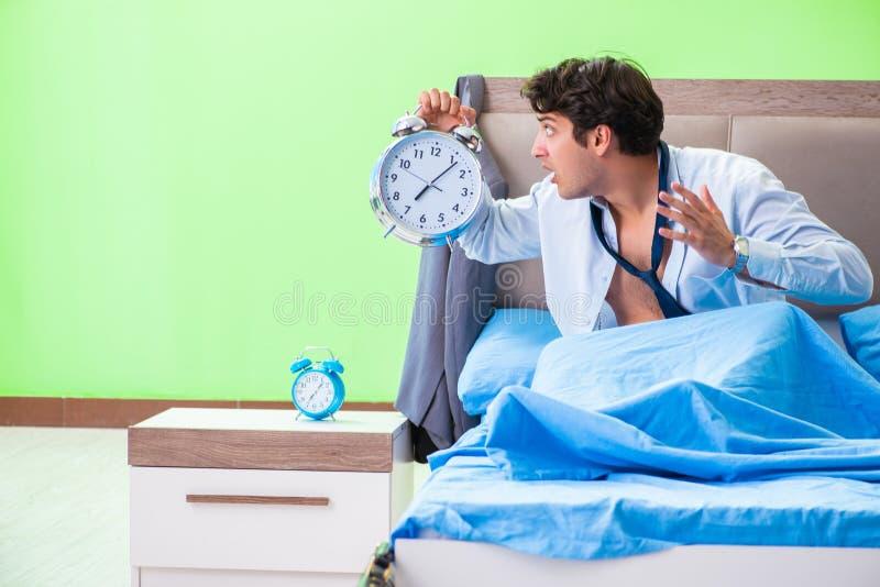 Ο υπάλληλος στην κρεβατοκάμαρα που είναι αργά για την εργασία του εγκαίρως στοκ φωτογραφίες