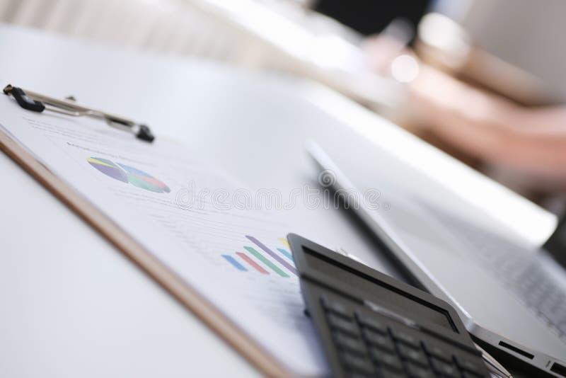 Ο υπολογιστής βρίσκεται στο διάγραμμα εγγράφων εγγράφου στοκ εικόνα με δικαίωμα ελεύθερης χρήσης
