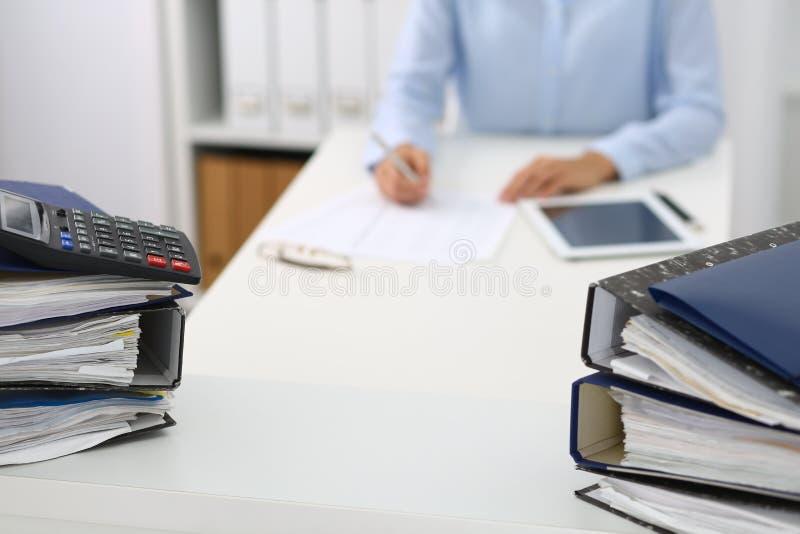 Ο υπολογιστής και οι σύνδεσμοι με τα έγγραφα περιμένουν να υποβληθούν σε επεξεργασία από την επιχειρησιακό γυναίκα ή το λογιστή π στοκ φωτογραφία με δικαίωμα ελεύθερης χρήσης