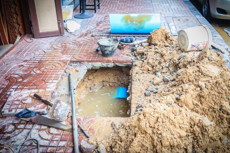 Ο υπόγειος σωλήνας PVC της παροχής νερού είναι σπασμένος και όντας ύφασμα στοκ εικόνες με δικαίωμα ελεύθερης χρήσης