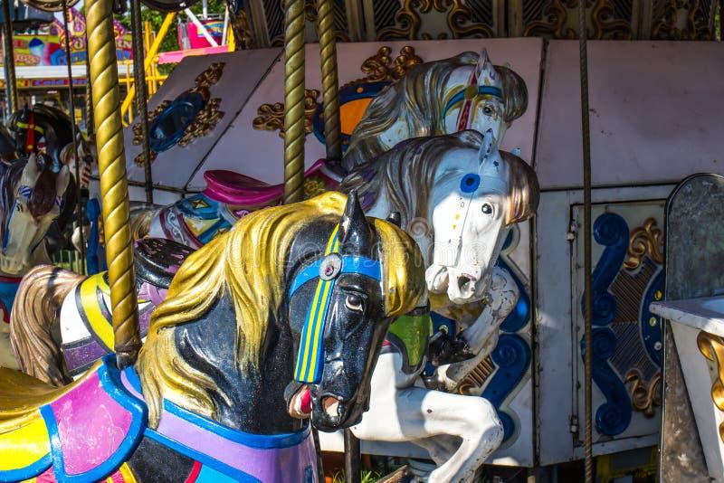 Ο υπόλοιπος κόσμος εύθυμου πηγαίνει γύρω από τα άλογα στοκ εικόνες