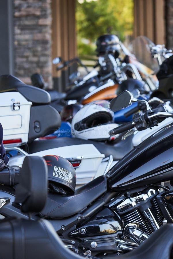 Ο υπόλοιπος κόσμος σταθμευμένου Αμερικανού κατέστησε τις μοτοσικλέτες έτοιμες για έναν γύρο στοκ εικόνες