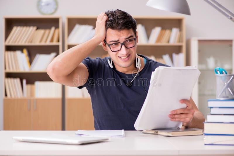 Ο δυστυχισμένος σπουδαστής με πάρα πολύ στη μελέτη στοκ φωτογραφία με δικαίωμα ελεύθερης χρήσης