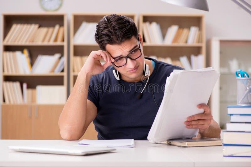 Ο δυστυχισμένος σπουδαστής με πάρα πολύ στη μελέτη στοκ φωτογραφίες