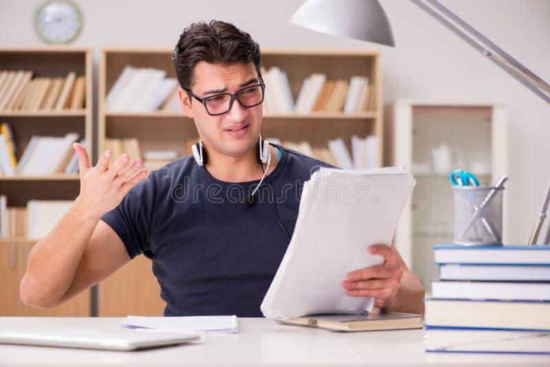 Ο δυστυχισμένος σπουδαστής με πάρα πολύ στη μελέτη στοκ εικόνες