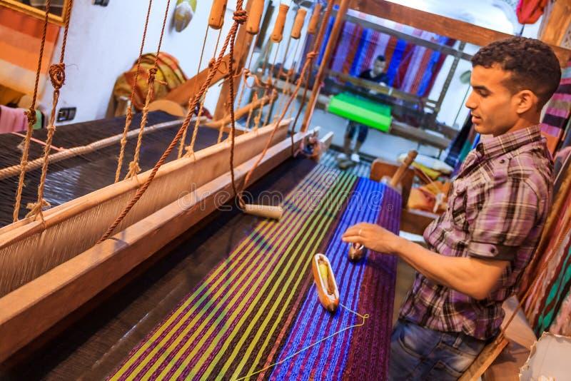 Ο υφαντής εργάζεται στα κλωστοϋφαντουργικά προϊόντα σε έναν αργαλειό σε ένα κατάστημα στο medina Fes στο Μ στοκ φωτογραφία με δικαίωμα ελεύθερης χρήσης
