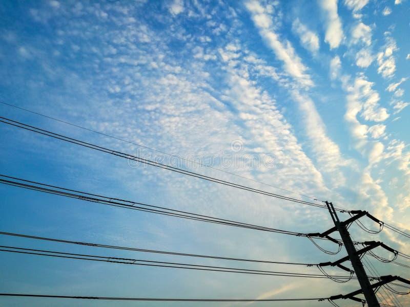 Ο υψηλής τάσεως στον όμορφο ουρανό στοκ εικόνα