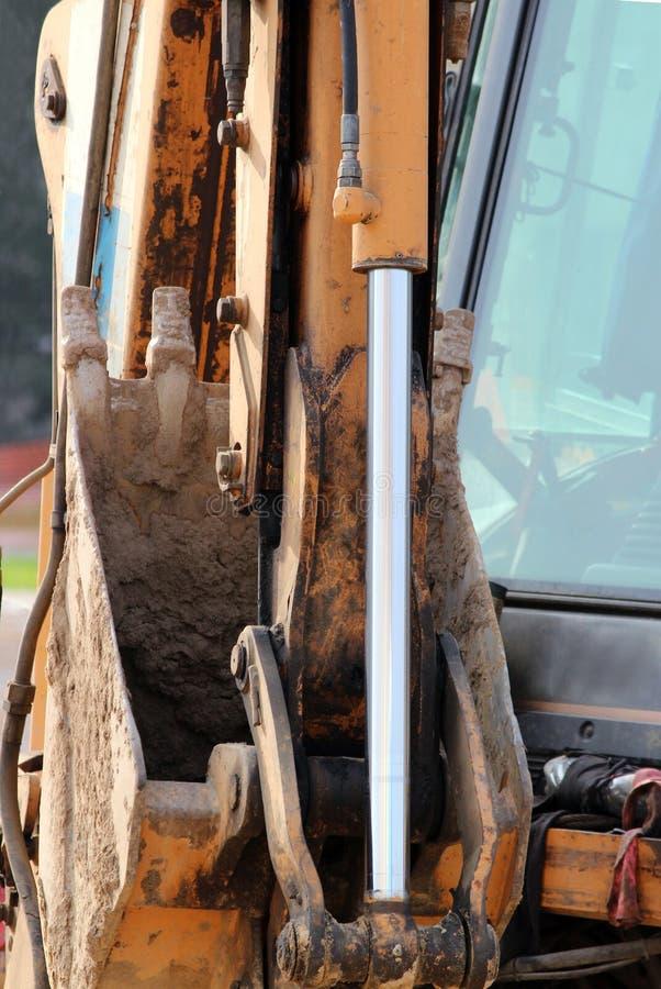 Ο υδραυλικός φορτωτής συστημάτων εμβόλων βρώμικης δουλειάς, χρώμιο κάλυψε τον άξονα κυλίνδρων της κίτρινης μηχανής, βαριά λεπτομέ στοκ φωτογραφίες με δικαίωμα ελεύθερης χρήσης