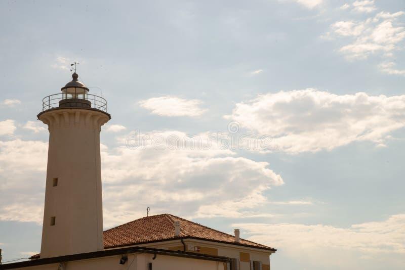 Ο φάρος Bibione, Βένετο, Ιταλία, ενάντια στο φως με τα άσπρους σύννεφα και το μπλε ουρανό στοκ φωτογραφίες με δικαίωμα ελεύθερης χρήσης