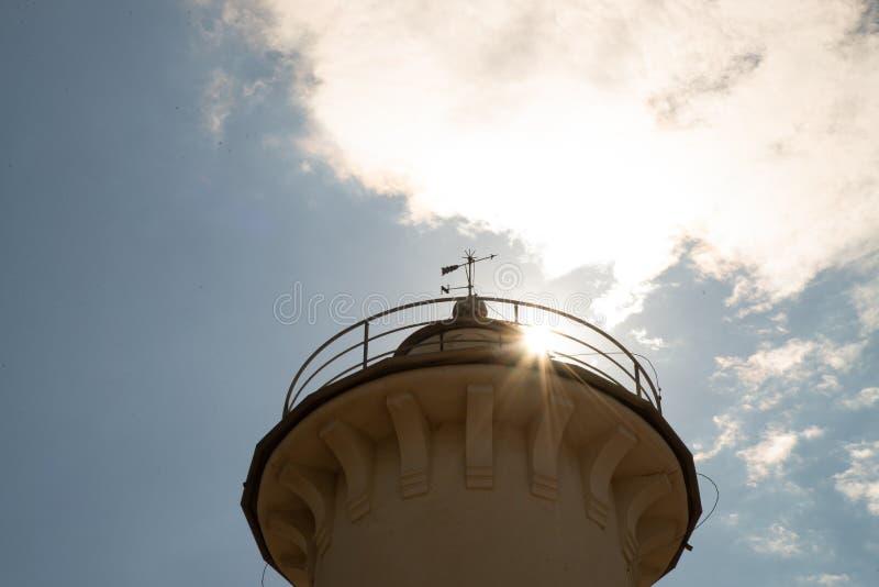 Ο φάρος Bibione, Βένετο, Ιταλία, με τον ήλιο που φωτίζει το φάρο στοκ εικόνες