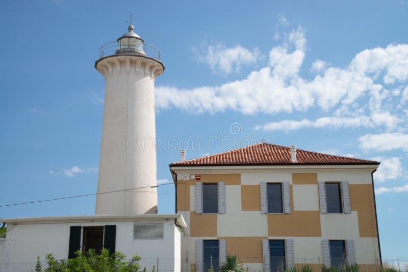 Ο φάρος Bibione, Βένετο, Ιταλία, στο υπόβαθρο ένας όμορφος μπλε ουρανός με τα άσπρα σύννεφα στοκ εικόνες με δικαίωμα ελεύθερης χρήσης