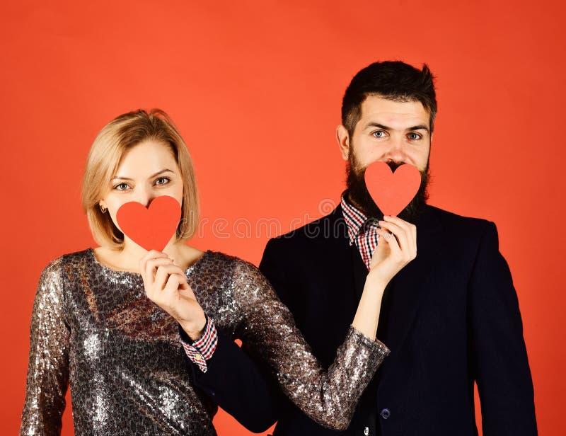 Ο φίλος και η φίλη έχουν την ημερομηνία Το ζεύγος ερωτευμένο κρατά τις καρδιές στοκ φωτογραφίες με δικαίωμα ελεύθερης χρήσης