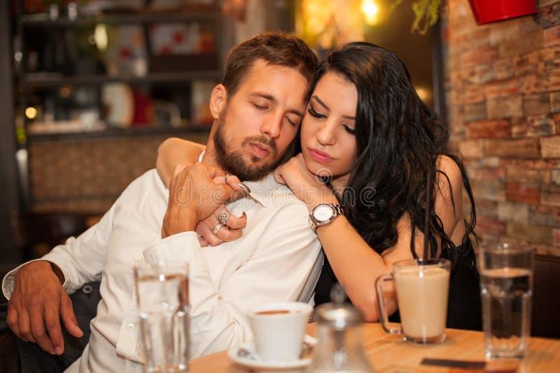Ο φίλος και η φίλη ερωτευμένοι απολαμβάνουν μαζί αγκαλιασμένος στοκ εικόνες