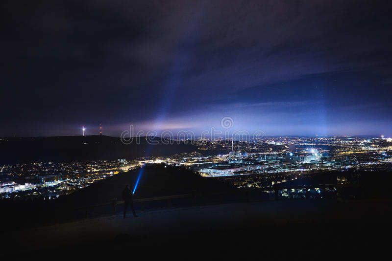 Ο φακός λάμπει μέχρι τον ουρανό σε έναν λόφο κοντά στη Στουτγάρδη Rotenberg κατά τη διάρκεια της νύχτας στοκ εικόνες
