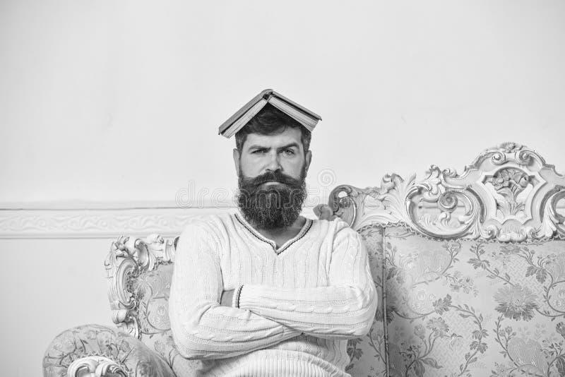 Ο φαλλοκράτης κάθεται με το ανοικτό βιβλίο στο κεφάλι, όπως τη στέγη Ο τύπος, δάσκαλος overdid με τη διδασκαλία, έγινε τρελλός κα στοκ φωτογραφίες με δικαίωμα ελεύθερης χρήσης