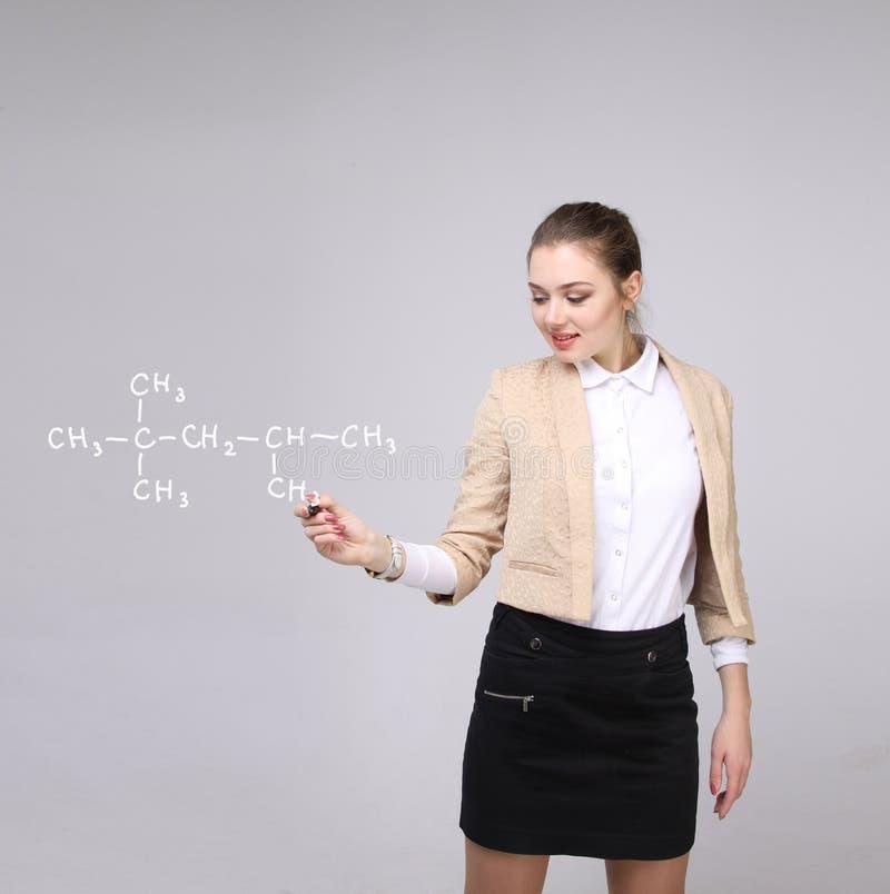 Ο φαρμακοποιός γυναικών παρουσιάζει μοριακή δομή στοκ φωτογραφία με δικαίωμα ελεύθερης χρήσης
